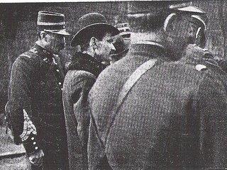 Ο Ζακόμπ περιτριγυρισμένος από αστυνομικούς
