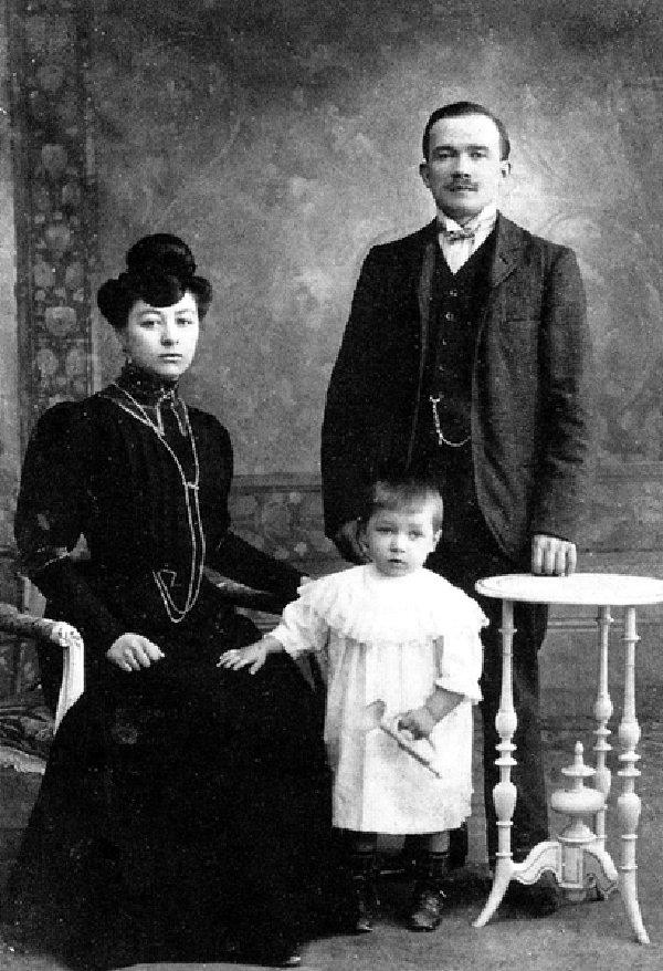 Φωτογραφία από Jules Bonnot και η σύζυγός του, Sophie Burdet, και την κόρη τους Emily, κατά πάσα πιθανότητα το 1905 (Wikipedia)