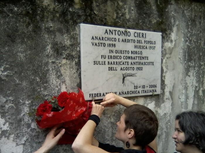 Στις 22 Οκτωβρίου 2006 μια πλάκα στη μνήμη του στήθηκε στη συνοικία όπου είχε βοηθήσει στην άμυνα εναντίον των φασιστών στην Πάρμα.