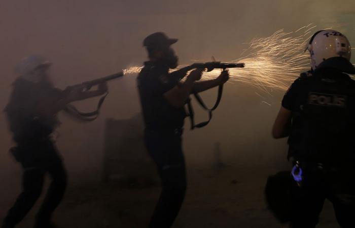 H αστυνομία κάνει χρήση δακρυγόνων για να διαλύσει το πλήθος κατά τη διάρκεια μιας αντικυβερνητικής διαδήλωσης στην Πλατεία Ταξίμ στο κέντρο της Κωνσταντινούπολης, στην Τουρκία, στις 31 Μαΐου 2013. Η τουρκική αστυνομία έκανε χρήση δακρυγόνων και κανονιών νερού στους διαδηλωτές, τραυματίζοντας δεκάδες ανθρώπους και προκαλώντας συλλαλητήρια σε άλλες πόλεις στις πιο σκληρές αντικυβερνητικές διαδηλώσεις για χρόνια. (Reuters / Murad Sezer)