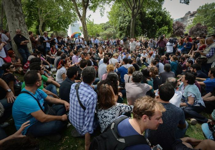 Άνθρωποι κάθονται, λίγες ώρες πριν η αστυνομία χρησιμοποιήσει δακρυγόνα και νερό υπό πίεση για να εξαφανίσει μια ειρηνική διαδήλωση με εκατοντάδες ανθρώπους σε καθιστική διαμαρτυρία για να προσπαθήσουν και να αποτρέψουν το ξερίζωμα των δέντρων σε ένα πάρκο στην Κωνσταντινούπολη. Η Αστυνομία μετακόμισε την αυγή την Παρασκευή για να διαλύσει το πλήθος την τέταρτη ημέρα διαμαρτυρίας κατά του αμφιλεγόμενου κυβερνητικού σχεδίου για να ανακαινήσουν την κεντρική πλατεία της Κωνσταντινούπολης, τραυματίζοντας έναν αριθμό διαδηλωτών. Οι διαδηλωτές απαιτούν το πάρκο της πλατείας, Γκεζί, να προστατεύεται. (AP Photo)