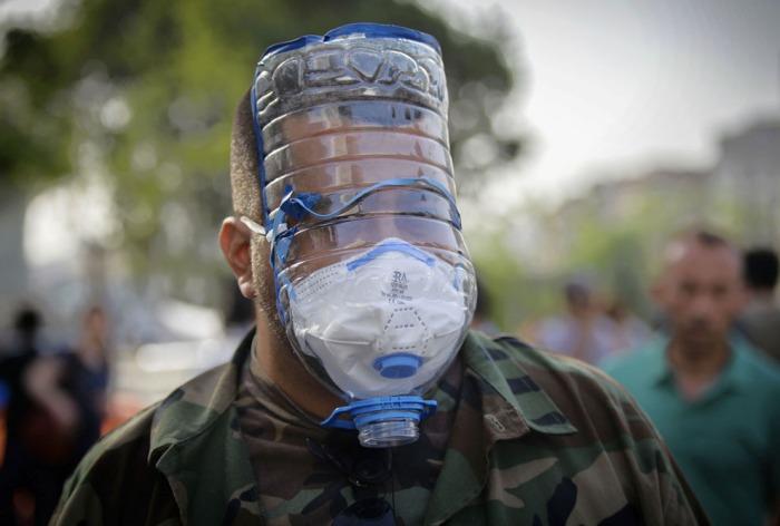 Φωτογραφία από την Πέμπτη, 30 Μαΐου 2013, ένας άνδρας φοράει μια αυτοσχέδια αντιασφυξιογόνα ώρες πριν η αστυνομία κάνει χρήση δακρυγόνων και νερού προκειμένου να διαλύσει μια ειρηνική διαδήλωση με εκατοντάδες ανθρώπους ειρηνικής καθιστικής διαμαρτυρίας που προσπαθούσαν να αποτρέψουν την κατεδάφιση των δέντρων στο Πάρκο της Κωνσταντινούπολης. (AP Photo)
