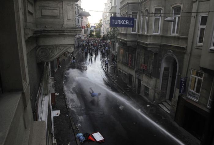 Διαδηλωτές συγκρούονται με την τουρκική αστυνομία στις 31 Μαΐου 2013 κατά τη διάρκεια μιας διαμαρτυρίας ενάντια στην κατεδάφιση του Πάρκου Γκεζί στην Ταξίμ στην Κωνσταντινούπολη. (Gurcan Ozturk / AFP / Getty Images)