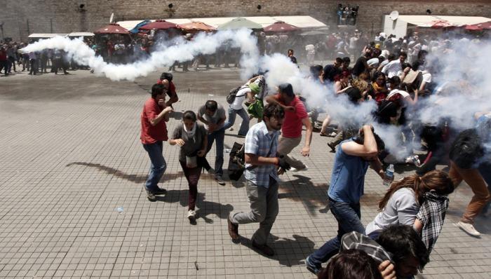 Η αστυνομία χρησιμοποιεί δακρυγόνα για να διαλύσει το πλήθος κατά τη διάρκεια μιας αντικυβερνητικής διαδήλωσης στην Πλατεία Ταξίμ, στις 31 Μαΐου 2013. (Reuters / Osman Orsal)