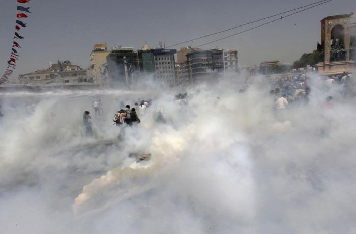 Η αστυνομία κάνει χρήση δακρυγόνων για να διαλύσει το πλήθος κατά τη διάρκεια μιας αντικυβερνητικής διαδήλωσης στην Πλατεία Ταξίμ, στην Κωνσταντινούπολη, στις 31 Μαΐου 2013. (Reuters / Osman Orsal)