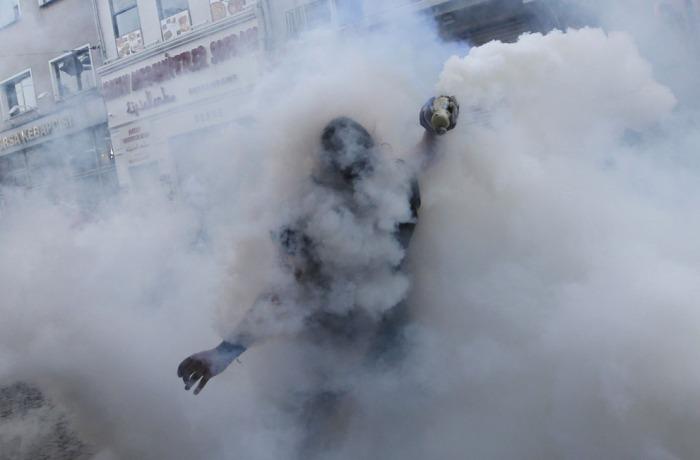 Ένας διαδηλωτής ρίχνει ένα δακρυγόνο πίσω στους αστυνομικούς κατά τη διάρκεια μιας αντικυβερνητικής διαδήλωσης στο κέντρο της Κωνσταντινούπολης, στις 31 Μαΐου του 2013. (Reuters / Murad Sezer)