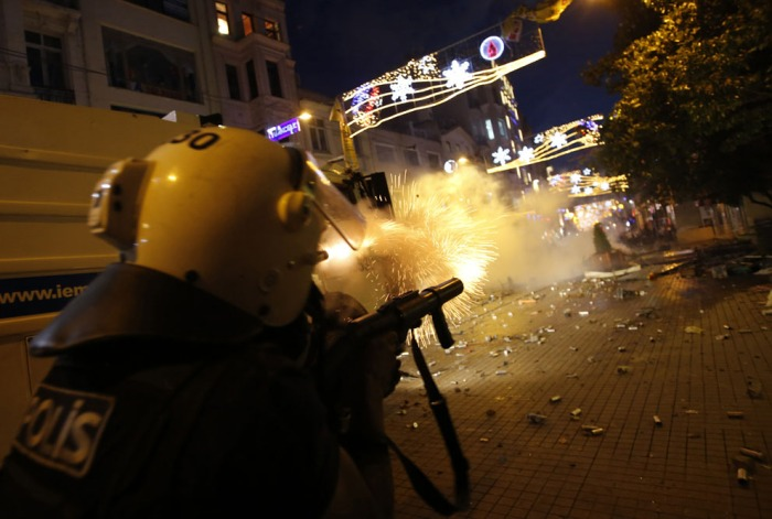 Η αστυνομία πυροβολεί κανίστρες δακρυγόνου στην Πλατεία Ταξίμ, στις 31 Μαΐου 2013. (Reuters / Murad Sezer)