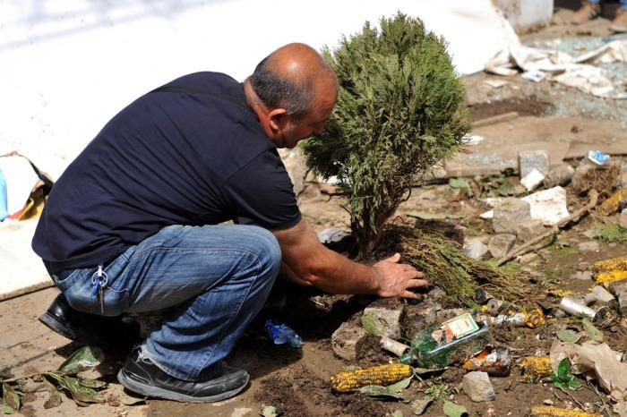 Ένας άντρας φυτεύει ένα δέντρο στην οδό Istiklal στις 1 Ιουνίου 2013, κατά τη διάρκεια μιας διαμαρτυρίας ενάντια στην κατεδάφιση του Πάρκου Γκεζί στην Ταξίμ στην Κωνσταντινούπολη. (Ozan Kose / AFP / Getty Images)