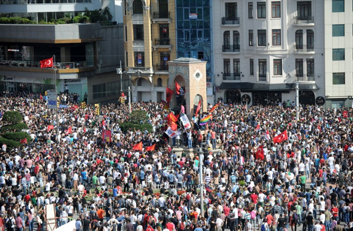 Διαδηλωτές φτάνουν στην πλατεία Ταξίμ την 1η Ιουνίου 2013, ύστερα από τις συγκρούσεις με την αστυνομία στην Κωνσταντινούπολη. (Bulent Kilic / AFP / Getty Images)