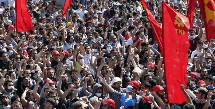Υποστηρικτές του Κομμουνιστικού Κόμματος Τουρκίας (TKP) φωνάζουν συνθήματα κατά τη διάρκεια μιας αντικυβερνητικής διαδήλωσης στην Πλατεία Ταξίμ, την 1η Ιουνίου 2013. (Reuters / Murad Sezer)