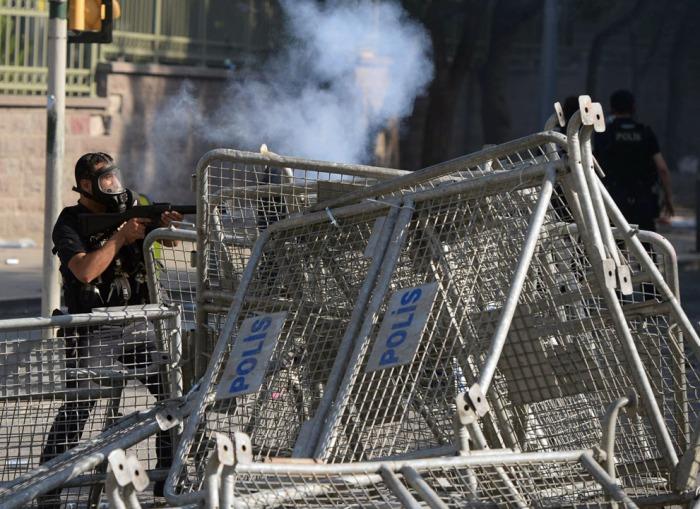 Ένας αστυνομικός πυροβολεί δακρυγόνα προς τους διαδηλωτές στην Πλατεία Ταξίμ στην Κωνσταντινούπολη, την 1η Ιουνίου 2013. (AP Photo)