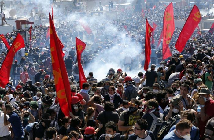 Δακρυγόνο σκάει ανάμεσα στους διαδηλωτές στην Πλατεία Ταξίμ, την 1η Ιουνίου 2013. (Reuters / Murad Sezer)