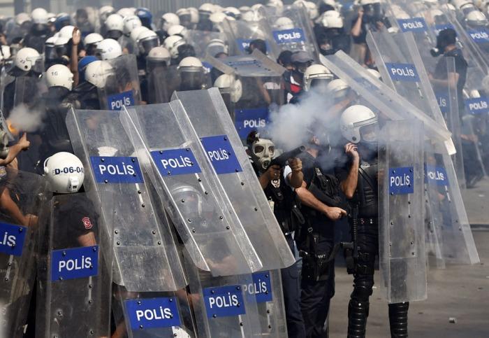 Η αστυνομία κάνει χρήση δακρυγόνων για να διαλύσει το πλήθος κατά τη διάρκεια μιας αντικυβερνητικής διαδήλωσης στην Κωνσταντινούπολη, στις 1 Ιουνίου, 2013. (Reuters / Murad Sezer)