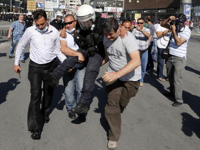 Ένας τραυματισμένος αστυνομικός μεταφέρεται σε ασθενοφόρο κατά τη διάρκεια συγκρούσεων με διαδηλωτές στην Άγκυρα, την 1η Ιουνίου 2013. (Reuters / Umit Bektas)