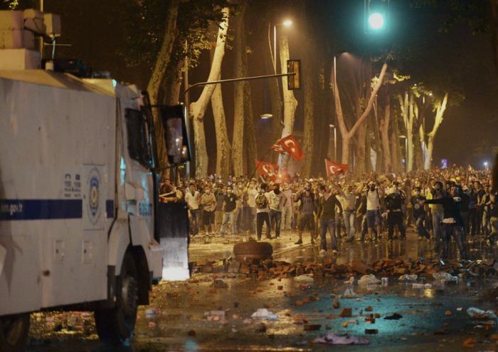 Τούρκοι διαδηλωτές αντιμετωπίζουν την αστυνομία κοντά στο πρώην Οθωμανικό παλάτι, Dolmabahce, στην Κωνσταντινούπολη, στις 1 Ιουνίου, 2013. (AP Photo)