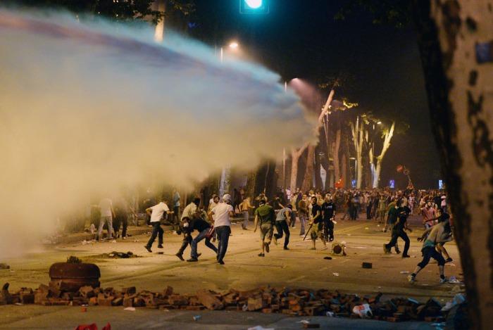 Η αστυνομία ψεκάζει με μια αντλία νερού στους Τούρκους διαδηλωτές κοντά στο πρώην Οθωμανικό παλάτι, Dolmabahce, στην Κωνσταντινούπολη, την 1η Ιουνίου 2013. (AP Photo)