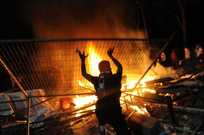 Διαδηλωτές συγκρούονται με την αστυνομία μεταξύ Ταξίμ και Μπεσίκτας στην Κωνσταντινούπολη, αργά την 1η Ιουνίου 2013. (Bulent Kilic / AFP / Getty Images)