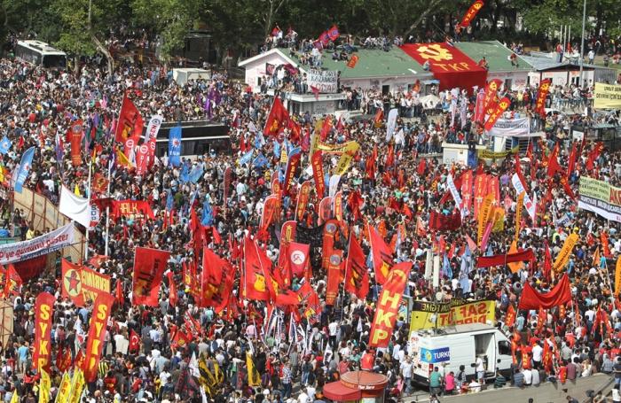 Οι διαδηλωτές συγκεντρώθηκαν για τρίτη ημέρα εθνικής αντικυβερνητικής διαδήλωσης στην Πλατεία Ταξίμ στην Κωνσταντινούπολη, την Κυριακή, 2, Ιουνίου 2013. (AP Photo / Θανάσης Σταυράκης)