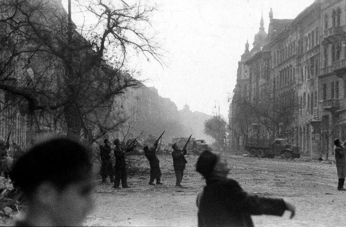 Αντάρτες πυροβολούν μάταια σε ένα αεροσκάφος παρατήρησης που πετά πάνω από το  Jozsef Circle. Σοβιετικά τζετ, επίσης. . . πολυβολούσαν τους δρόμους προς υποστήριξη των Σοβιετικών δυνάμεων εδάφους.