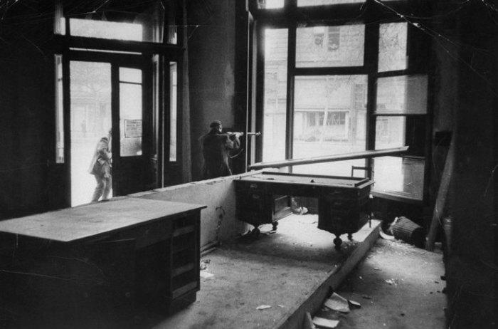 Αντάρτες πυροβολούν τα σοβιετικά στρατεύματα κατά τη διάρκεια της Ουγγρικής Επανάστασης, Βουδαπέστη, 1956