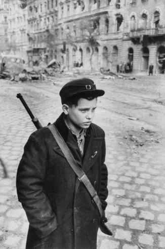 Σε μια αποστολή, Pal Pruck, 15, ήταν ένας από τους πολλούς γενναίους έφηβους που πολέμησε στην εξέγερση. Στέκεται σε μια κατεστραμμένο δρόμο της Βουδαπέστης.