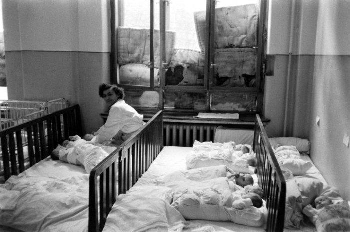 Σκηνή σε ένα οδοφραγμένο δωμάτιο νοσοκομείου κατά τη διάρκεια της ουγγρικής επανάστασης του 1956.