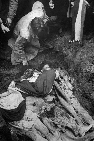 Θάβοντας τους νεκρούς, Ουγγαρία, 1956.