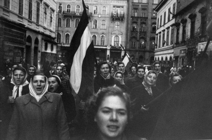Διεξαγωγή σημαίες της παλιάς Ουγγαρίας και τραγουδώντας ένα πατριωτικό τραγούδι, Βουδαπέστη γυναίκες πορεία προς τιμήν των ανδρών που έπεσαν μαχόμενοι κομμουνιστές.