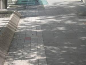 Κόκκινη πλάκα βαλμένη στο σημείο της Λυών όπου δολοφονήθηκε ο Πρόεδρος Σαντί Καρνό.