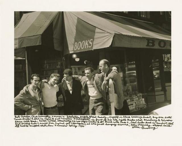Από αριστερά προς τα δεξιά: Bob Donlin, Neal Cassady, Ginsberg, Robert LaVigne και Lawrence Ferlinghetti μπροστά από το βιβλιοπωλείο City Lights Books στο Σαν Φρανσίσκο (1956).