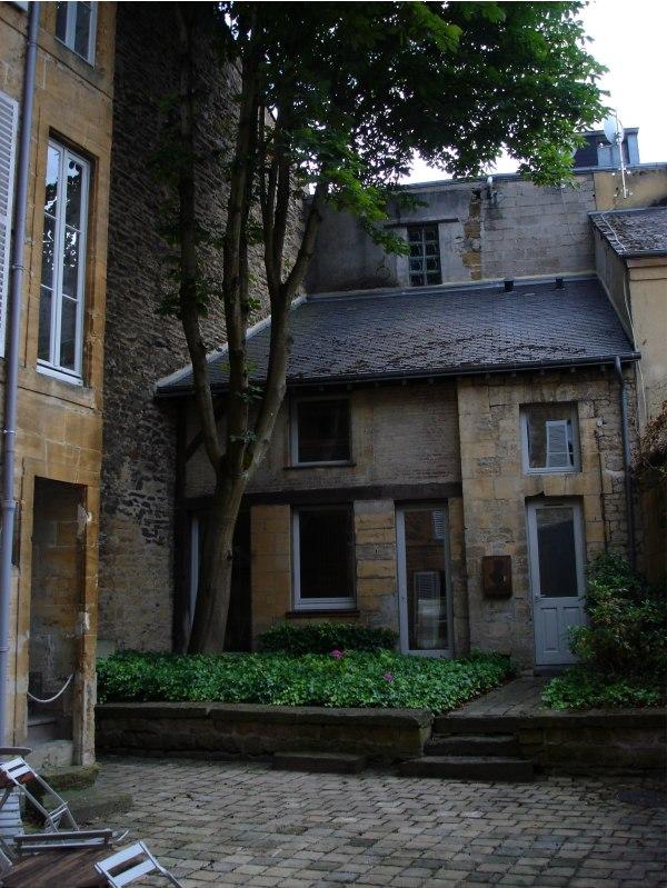 Charleville. Το σπίτι όπου έζησε ο Ρεμπώ. Η αυλή