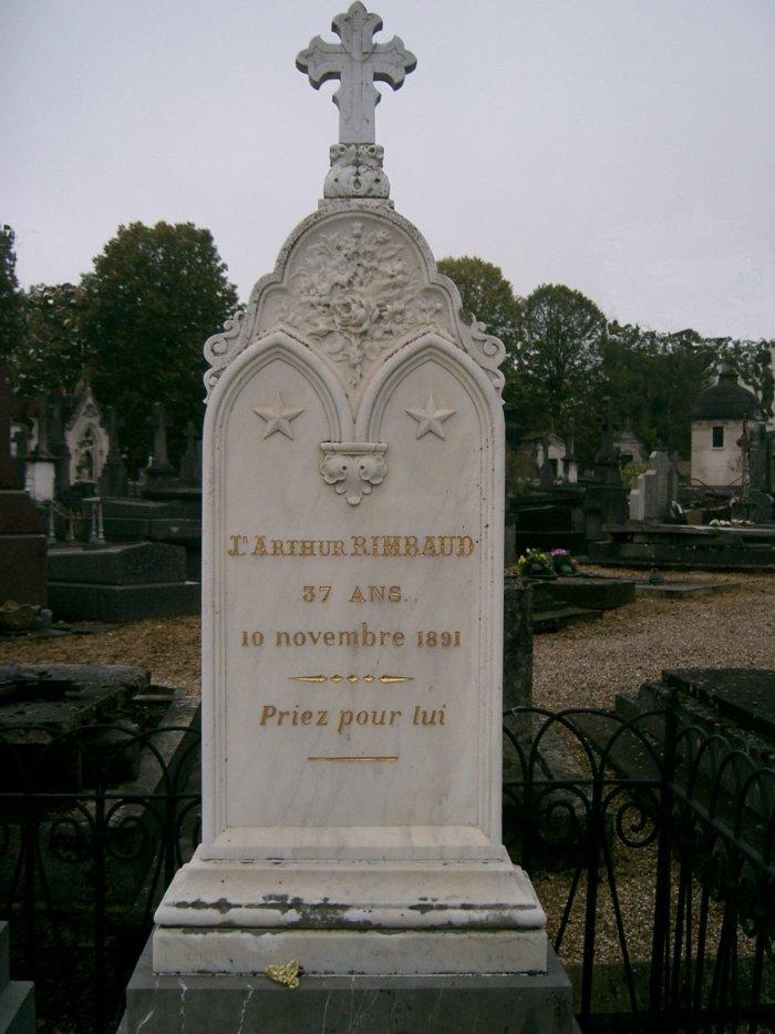 """Ο τάφος του Ρεμπώ στο Charleville. Στην επιγραφή διαβάζουμε Priez pour lui (""""Προσευχηθείτε γι' αυτόν"""")."""