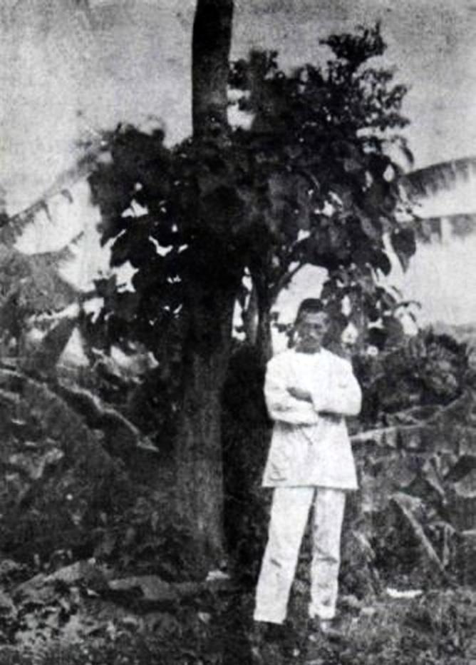 Aden. Στον κήπο με τις μπανανιές.