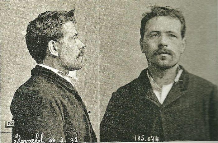 29 Μάρτη του 1892 - Ravachol συνελήφθη για μια σειρά βομβιστικών επιθέσεων στο Παρίσι δικαστές, καταδικάστηκε σε καταναγκαστικά έργα για life.Eventually, λεπτομέρειες Ravachol ταιριάστηκε με εκείνες του François Κλαύδιος Koenigstein, ο οποίος είχε τεθεί στο αρχείο δύο χρόνια νωρίτερα και καταζητούνταν για πέντε φάουλ δολοφονίες που διαπράχθηκαν μεταξύ 1886 και 1891.  Ήταν δικασθούν σύμφωνα με την πραγματική του ταυτότητα και κρίθηκε ένοχος. Καταδικάστηκε σε θάνατο και στη γκιλοτίνα στις 11 Ιουλίου 1892.