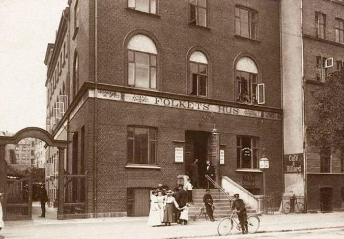 "Το ""Σπίτι του Λαού"" (Folkets Hus) πριν γίνει το ""Σπίτι των Νέων"" (Ungdomshuset). Κατασκευασμένο το 1897, το κτήριο χρησιμοποιήθηκε αρχικά ως έδρα μιας δανέζικης συνδικαλιστικής οργάνωσης και ως βήμα του διεθνούς σοσιαλιστικού κινήματος. Εκεί είχαν την ευκαιρία να παρουσιάσουν τις θέσεις τους τόσο ο Λένιν όσο και η Ρόζα Λούξεμπουργκ, ενώ το 1910, στον ίδιο χώρο που φιλοξένησε τη 2η Διεθνή Συνδιάσκεψη των Σοσιαλιστριών Γυναικών, η Κλάρα Ζέτκιν πρότεινε τη θέσπιση μιας Παγκόσμιας Μέρας της Γυναίκας. To 1982, μετά από δύο χρόνια επίμονης διεκδίκησης, το -αρκετά κατεστραμμένο πια- κτήριο παραχωρήθηκε από το δημοτικό συμβούλιο της Κοπεγχάγης σε ένα σύλλογο που το μετέτρεψε σε κέντρο αλληλεγγύης και προβολής κοινωνικών δραστηριοτήτων. Το 1999, επήλθε η ρήξη με το δημοτικό συμβούλιο, όταν αυτό αποφάσισε το κλείσιμο του κτηρίου και τη μεταπωλησή του πρώτα σε μία αλυσσίδα σουπερμάρκετ, κι έπειτα σε μία ευαγγελική εκκλησία. Το 2006, μία πορεία συμπαράστασης στην κατάληψη συγκέντρώνει 5.000 άτομα και το 2007, σε απάντηση στη στρατιωτική επέμβαση της αστυνομίας που χρησιμποποιεί μέχρι και μαχητικό ελικόπετρο για να ανακαταλάβει το κτήριο, χιλιάδες διαδηλωτές συγκρούονται βίαια με την αστυνομία. Οι ταραχές που ήταν οι πιο βίαιες που γνωρίσε η Δανία μετά το 1993 και την προσχώρηση της χώρας στην Ευρωπαική Κοινότητα διήρκησαν τρεις συνεχόμενες νύχτες. Η αστυνομία πραγματοποίησε πάνω από 1000 προσαγωγές και για δέκα μέρες επέβαλε ένα ειδικό καθεστώς στις συνοικίες Nørrebro (όπου βρισκόταν το κτήριο της κατάληψης Ungdomshuset) και Christania, με γενικευμένους και αυθαίρετους ελέγχους. Φωτ., βλ.Københavns Universitet."