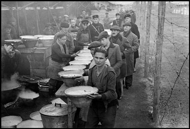 foto-hecha-por-robert-capa-en-campo-de-concentracic3b3n-francc3a9s-de-bram-durante-la-distribucic3b3n-de-comida-a-exiliados-republicanos-espac3b1oles