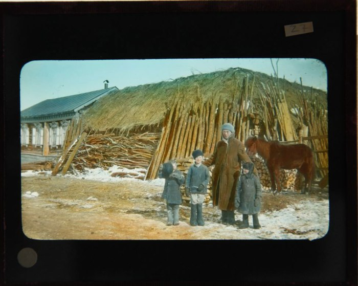 Ο πάστορας Rahill μαζί με τρία μικρά αγόρια σε ρωσικό χωριό.