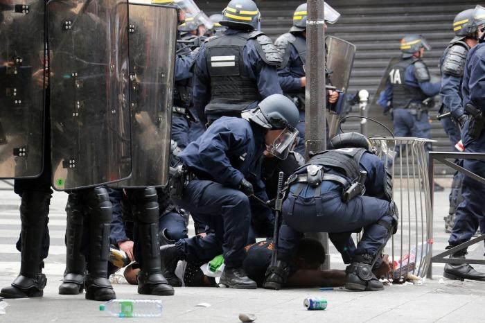 Αστυνομικοί συλλαμβάνουν διαδηλωτή κοντά στο παρισινό μετρό κατά τη διάρκεια των διαδηλώσεων