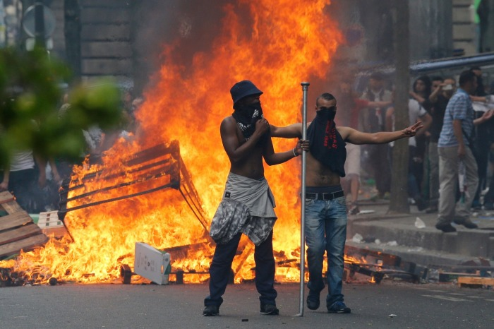 Διαδηλωτές μπροστά από πύρινα οδοφράγματα κοντά στον σταθμό του μετρό στο Παρίσι