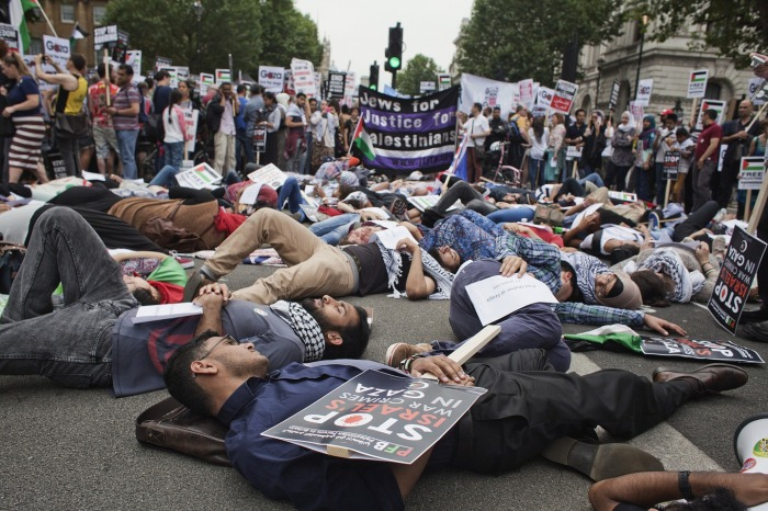 Στιγμιότυπο από διαμαρτυρία εκατοντάδων νεαρών στο Λονδίνο