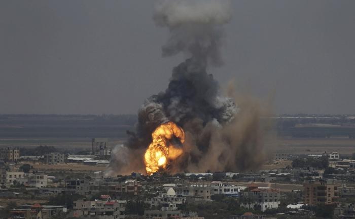 Mαύρος καπνός και φλόγες στον ορίζοντα της Γάζας μετά από αεροπορική επιδρομή των ισραηλινών μαχητικών στις 8 Ιουλίου.