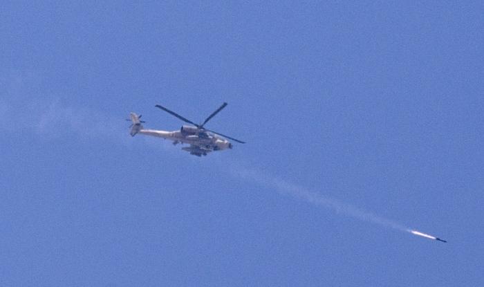 Ένα ελικόπτερο Απάτσι του ισραηλινού στρατού εκτοξεύει βλήμα =στη Λωρίδα της Γάζας