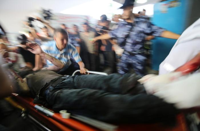 Παλαιστίνιοι μεταφέρουν τραυματίες στο νοσοκομείο της Γάζας