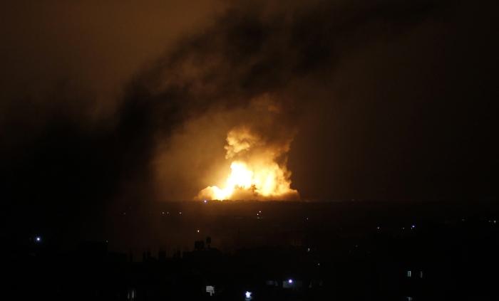 Μια πύρινη λαίλαπα στον νυχτερινό ορίζοντα της Ράφα από τις νυχτερινές επιθέσεις του περασμένου Σαββατοκύριακου