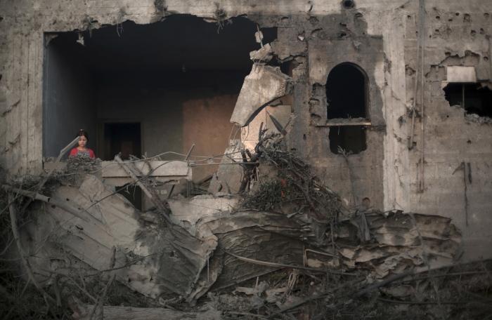 Μια μικρή Παλαιστίνια στα χαλάσματα του σπιτιού της στη Γάζα