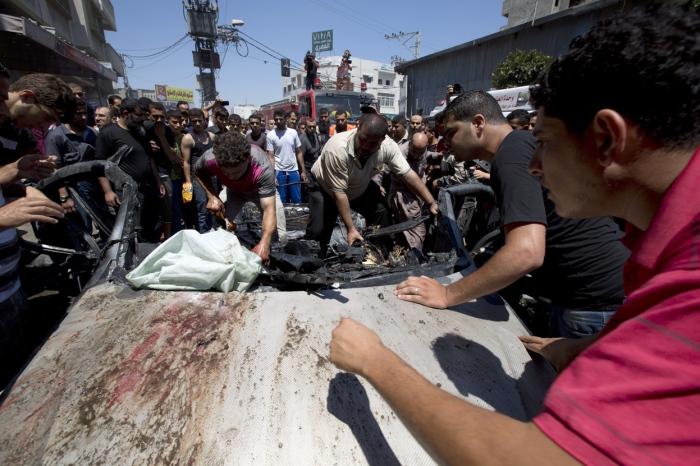 Πολίτες ψάχνουν για επιζώντες σε ένα αυτοκίνητο που χτυπήθηκε από βλήμα των ισραηλινών ελικοπτέρων