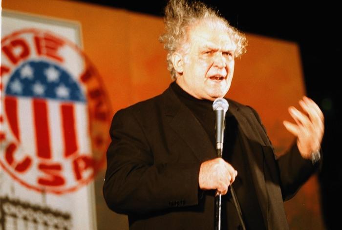 Το Λαϊκό Δικαστήριο στο Σύνταγμα που διοργάνωσαν γνωστοί καλλιτέχνες, δικάζοντας συμβολικά τον πρόεδρο των ΗΠΑ Μ. Κλίντον για τα εγκλήματα κατά της Γιουγκοσλαβίας.(Φωτογραφία: ΑΠΕ/ ΜΠΕ)