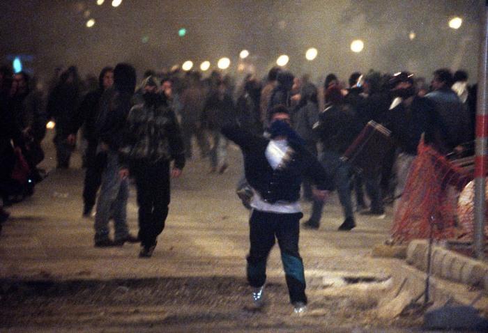 Τα επεισόδια στα Εξάρχεια μαι μέρα πριν φτάσει ο Μπιλ Κλίντον στην Αθήνα. (Φωτογραφία: ΑΠΕ/ ΜΠΕ)